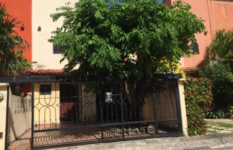 """Renta Cancùn.- Cèntrica Casa Amueblada en privada: """"Porto Alegre"""""""